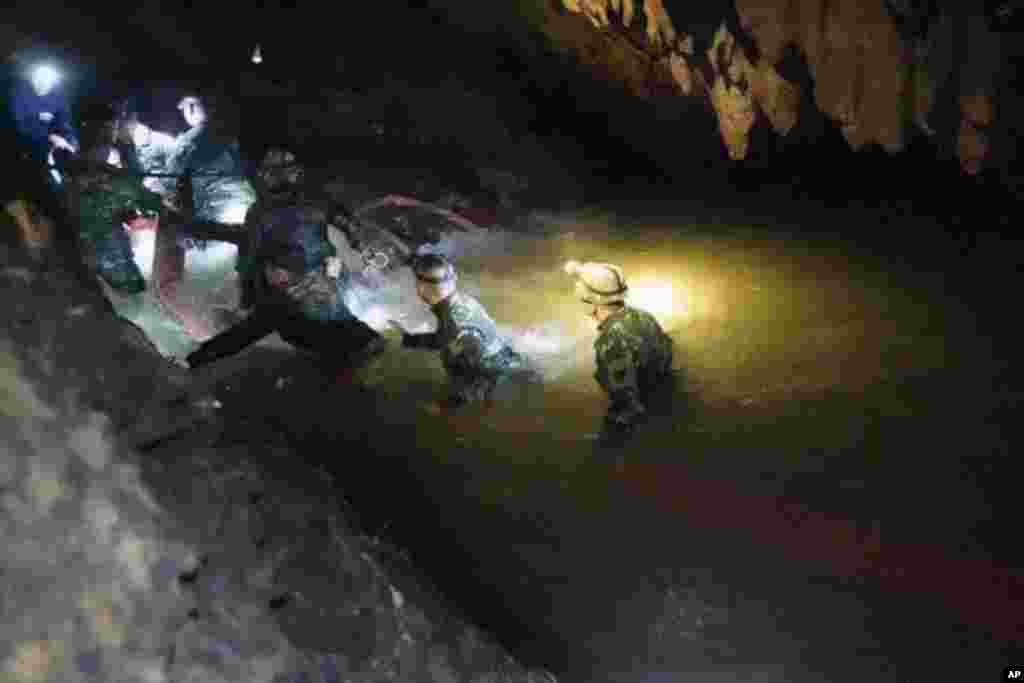 Tayland - Sel zamanı itkin düşən 12 oğlan və futbol məşqçisi axtarılır