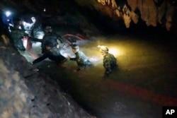 Spasilačke ekipe unutar pećinskog kompleksa u kojem je nestalo 12 dečaka zajedno sa fudbalskim trenerom. Svi su pronađeni živi u ponedeljak.