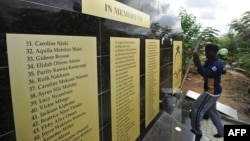 Công nhân gắn một tấm bảng trên đài tưởng niệm các nạn nhân của cuộc tấn công khủng bố năm ngoái đã giết chết 148 người tại khuôn viên của Đại Học Garissa, ngày 02 tháng 4 năm 2016.