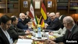 រដ្ឋមន្រ្តីក្រសួងការបរទេសអ៊ីរ៉ង់លោក Mohammad Javad Zarif (ទីបីពីខាងឆ្វេង) ចូលរួមនៅក្នុងកិច្ចប្រជុំជាមួយរដ្ឋមន្រ្តីការបរទសអាល្លឺម៉ង់លោក Frank-Walter Steinmeier (ទីបីពីខាងស្តាំ) នៅក្រុងតេរ៉ង់ នាថ្ងៃទី១៧ ខែតុលា ឆ្នាំ២០១៥។