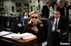 Ngoại trưởng Hillary Clinton kiểm tra email trên điện thoại trước khi khởi hành trong chuyến công du đến Tripoli, Libya, ngày 18/10/2011.