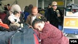 Para penumpang menunggu penerbangan di bandara Kairo sementara ribuan lainya siap meninggalkan Mesir, 1 Februari 2011.