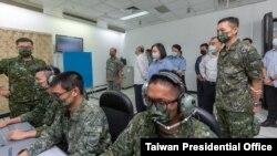 台灣總統蔡英文在空軍防空暨飛彈指揮部所屬部隊視察接戰程序演練。(台灣總統府提供)