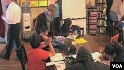 Di 826 Valencia siswa-siswa Amerika dari SD sampai SMA dibantu untuk bisa menjadi penulis kreatif.