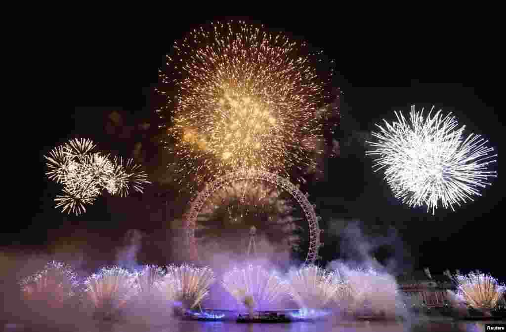 Kembang api di sekitar London Eye, Inggris. (Reuters/Stefan Wermuth)