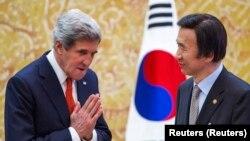 Menlu AS John Kerry (kiri) dan Menlu Korea Selatan Yun Byung-se di Kantor Kepresidenan Park Geun-hye (Blue House), Seoul (12/4).