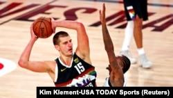 Košarkaš Denvera Nikola Jokić u duelu sa Luom Vilijamsom iz Los Anđeles Klipersa (Kim Klement-USA TODAY Sports)