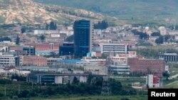 Khu công nghiệp Kaesong phối hợp giữa sáng kiến, tư bản và kỹ thuật của Nam Triều Tiên, với lao động rẻ của Bắc Triều Tiên (hình năm 2010)