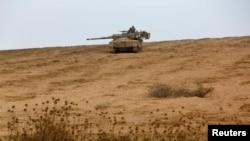 Xe tăng Israel gần biên giới với Dải Gaza, 2/8/2014.