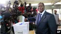 Le président Alassane Ouattara a voté tôt dimanche à Cocody.