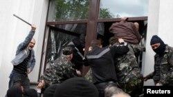 فعالان حامی روسیه در شهر لوهانسک - ۲۹ آوریل ۲۰۱۴