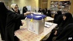 一名伊朗妇女在德黑兰投票站投票