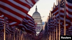 Ribuan bendera menghiasi Alun-Alun Nasional di Washington DC, Rabu (20/1).