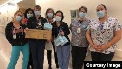 Các nhân viên y tế tại một bệnh viện nhi ở quận Cam nhận đồ bảo hộ của người gốc Việt.
