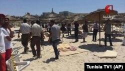 Gambar dari video yang ditayangkan TV1 Tunisia ini memperlihatkan korban-korban yang cidera dirawat di pinggiran pantai Sousse, Jumat.