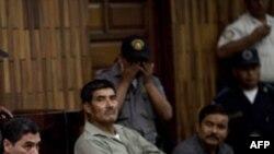 Từ trái sang phải: Các bị cáo Carlos Antonio Carias, Manuel Pop Sun, và Reyes Collin Gualip ngồi trong phòng xử án ở Guatemala City
