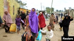 Des Somaliens prenant la fuite dans la banlieue de Nairobi