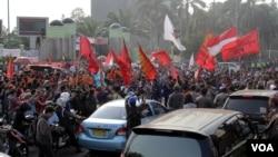 Ratusan orang berdemonstrasi di Jakarta menolak pemilihan kepala daerah oleh DPRD. (VOA/Fathiyah Wardah)