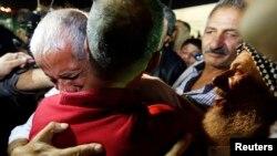 Prvi susret Palestinca oslobođenog iz izraelskog zatvora sa rođakom, 14. avgust 2013.