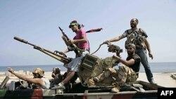 Chiến binh phe nổi dậy truy tìm lực lượng của lãnh tụ Libya Moammar Gadhafi ở thủ đô Tripoli, ngày 26 tháng 8, 2011