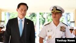 해리 해리스 미 태평양사령관(오른쪽)이 31일 하와이 태평양사령부를 방문한 송영무 한국 국방부 장관과 대화하고 있다.