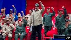 El presidente venezolano Nicolás Maduro encabeza el séptimo aniversario de las milicias bolivarianas frente al palacio presidencial de Miraflores en Caracas, Venezuela, el lunes 17 de abril de 2017.