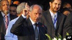 """Mustafa Abdel Jalil, presidente do Conselho Nacional de Transição, anunciando a """"libertação"""" da Líbia"""