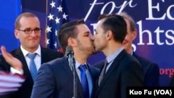 捍卫同性婚姻伴侣一吻庆成功 (美国之音国符拍摄)