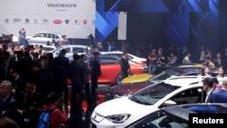 Mobil-mobil baru dipamerkan di acara Grup Volkswagen menjelang pameran automotive Beijing Auto Show di Beijing, China 24 April 2018.