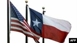 Har bir shtatning o'zi bayrog'i bor. Federal bayroq bilan yona-yon hilpirab turadi. Texasniki bir yulduzli.
