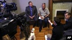 Emilio Gutierrez Soto (derecha), es un periodista mexicano que huyó de su país en 2009 luego que sus informes sobre abusos militares llevaron a que lo pusieran en una lista de asesinatos.Fue detenido la semana pasada después que el asilo político le fuera negado. Organizaciones de libertad de prensa pidieron al gobierno que no lo deporte.