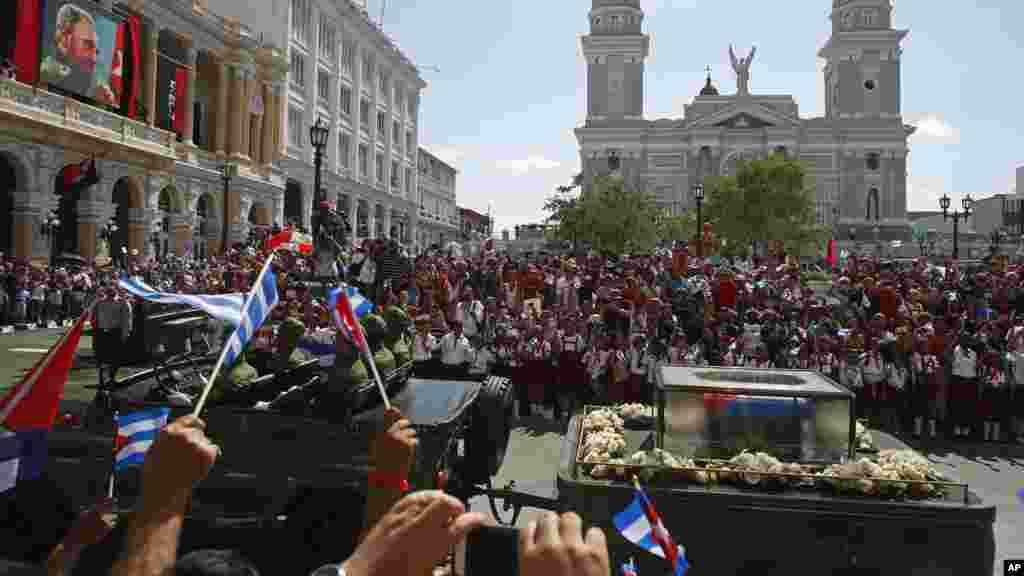 Les cendres de Fidel Castro sont transportées pour un enterrement intimiste à Santiago, Cuba, le 4 décembre 2016.
