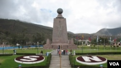 厄瓜多尔首都基多附近地分南北的赤道纪念碑 ( 美国之音申华拍摄)