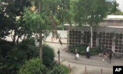 民眾逃離槍擊案的商場(視頻截圖)