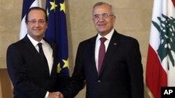 Presiden Perancis Francois Hollande (kiri) bertemu Presiden Lebanon Michel Suleiman (di Baabda, Beirut timur, Lebanon (4/11). Hollande menegaskan dukungan Perancis bagi Lebanon.