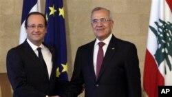 Presiden Lebanon Michel Suleiman, kanan, berjabatan tangan dengan Presiden Prancis Francois Hollande, di Istana Presiden di Baabda, Beirut timur, Lebanon. Lawatan Holande dilakukan ketika ketidakstabilan meningkat di Lebanon dan kekhawatiran akan meluasn