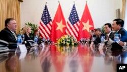 Ngoại trưởng Mỹ Mike Pompeo và Ngoại trưởng Việt Nam trong một cuộc gặp ở Hà Nội năm 2018. Các cuộc hội thoại cấp cao giữa Việt Nam và Hoa Kỳ đã được tiến hành trong nỗ lực giải quyết các vấn đề thương mại trong bối cảnh các cuộc điều tra của USTR đối với Việt Nam.