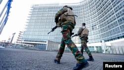 Binh sĩ Bỉ tuần tra bên ngoài trụ sở Ủy ban châu Âu trong khi cảnh sát tuần tra các khu vực sau các vụ tấn công ở Paris gần đây, Brussels, Bỉ, ngày 23/11/2015.