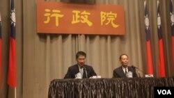 台湾海巡署署长李仲威及行政院发言人徐国勇向媒体说明南援一号操演细节 (美国之音易林拍摄)