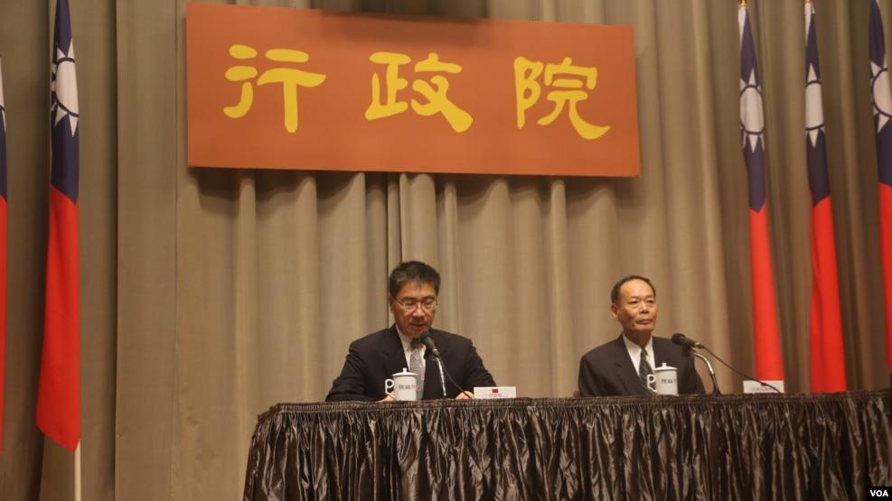 台灣海巡署署長李仲威及行政院發言人徐國勇向媒體說明南援一號操演細節(美國之音易林拍攝)