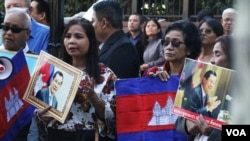 Supporters of the Cambodian Prime Minister Hun Sen gather and carry pictures of him as they demonstrate outside United Nations headquarters on Friday, Sept. 28, 2018, in New York. (Sun Narin/VOA Khmer)