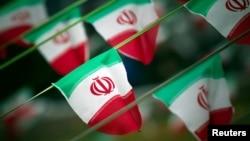 ARHIVA - Nacionalne zastave irana na trgu u Teheranu 10. februara 2012. godine, dan pred godišnjicu Islamske revolucije (Foto: Reuters/Morteza Nikoubazl)