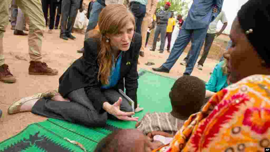 """LUNDI. Cameroun : un enfant tué par le convoi de l'ambassadrice américaine à l'ONU. Un garçonnet camerounais a été tué accidentellement dans son pays après avoir été percuté par une voiture du convoi de l'ambassadrice des Etats-Unis à l'ONU Samantha Power, en tournée régionale pour la lutte contre Boko Haram, a annoncé la diplomatie américaine. L'accident de la circulation avait d'abord été rapporté par des médias au Cameroun, avant que Mme Power elle-même le confirme lors d'une allocution devant la presse à Maroua dans le nord du pays. La diplomate a expliqué qu'un véhicule de son convoi avait """"percuté un jeune garçon"""", qui malgré """"les soins médicaux prodigués immédiatement est mort peu de temps après"""". LIRE L'ARTICLE ICI"""