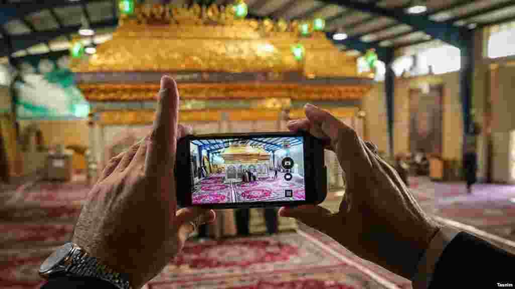 خبرگزاری تسنیم وابسته به سپاه پاسداران، عکس هایی از اتمام ساخت ضریح امامین عسگرین گذاشته که این ضریح در قم ساخته شده است. عکس: امیر حسامینژاد
