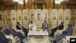 ປະທານາທິບໍດີ Omar Hassan al-Bashir ແຫ່ງຊູດານ (ນັ່ງຢູ່ເບື້ອງຂວາ) ໂອ້ລົມກັບພວກຜູ້ນໍາປະເທດ ໃນອະຟຣິກາ ທີ່ກຸງ Addis Ababa ວັນທີ 12 ມິຖຸນາ 2011