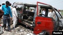 Chiếc xe chở học sinh bị cháy ở Gujrat, Pakistan, ngày 25/5/2013.