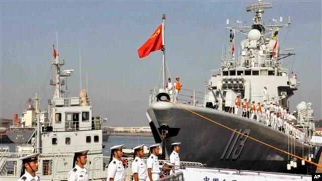 2013年8月中国海军官兵准备登上青岛号导弹驱逐舰(右)去参加中美海军联合演习