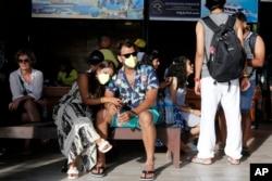 Turis asing menunggu keberangkatan di pelabuhan akibat pandemi COVID-19 di Bali, 15 Maret 2020. (Foto: dok).