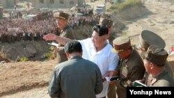 북한 김정은 국방위원회 제1위원장이 홍수 피해를 본 나선시를 방문해 현지 점검을 실시했다고 조선중앙통신이 18일 보도했다. 서 김정은 제1위원장은 오는 10월10일 노동당 창건 70주년 기념일 이전에 피해 복구를 마칠 것을 지시했다.