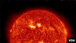 'Badai matahari' sebagai dampak dari ledakan pada matahari diperkirakan mencapai bumi hari Kamis ini (foto dok: NASA).